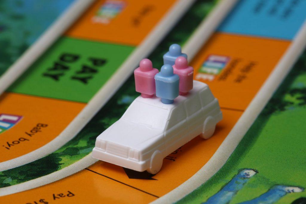 Une petite voiture sur un plateau de jeu de société