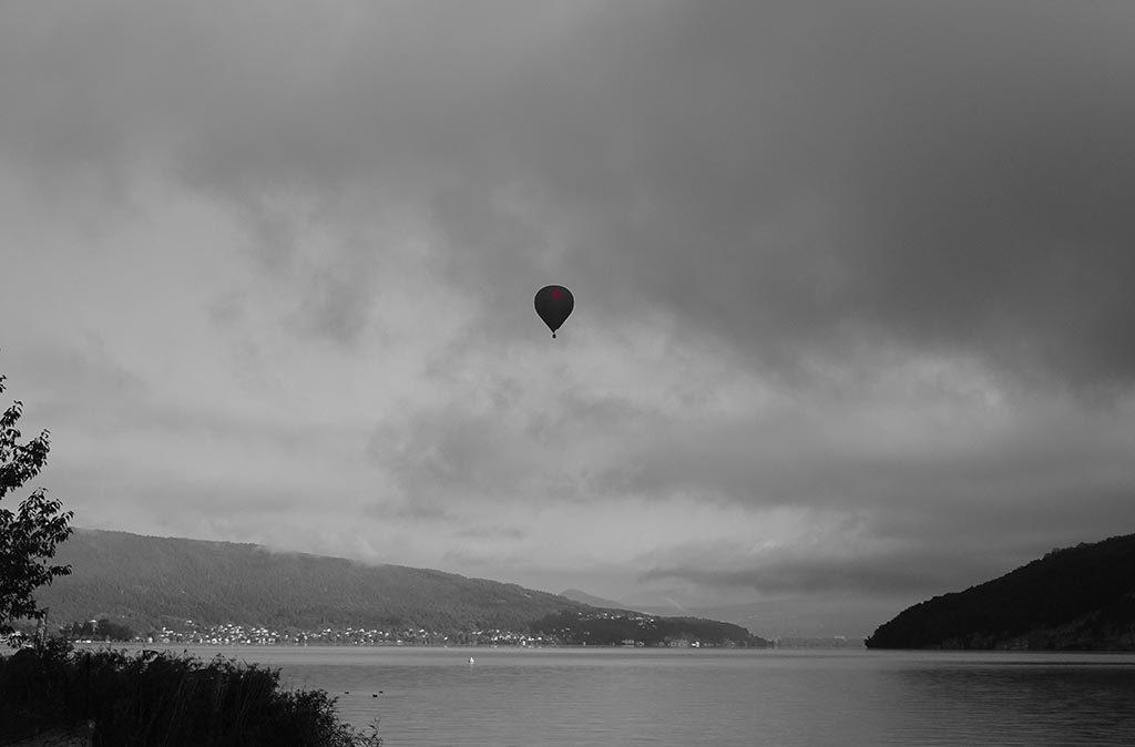 Montgolfière au-dessus du lac d'Annecy